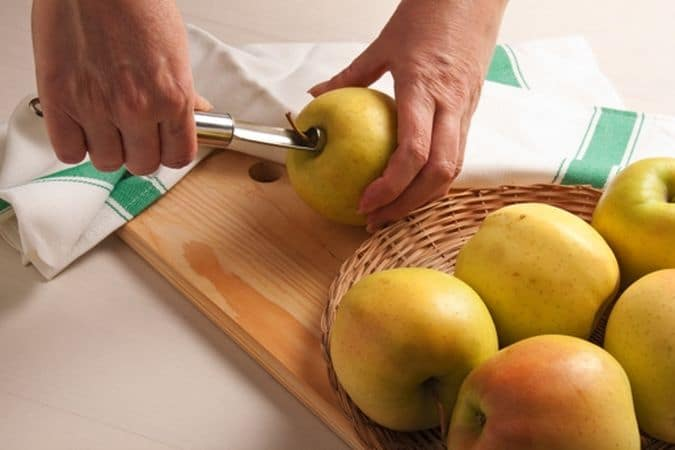 Lava bene le mele, asciugale ed elimina il torsolo con l'apposito attrezzo.