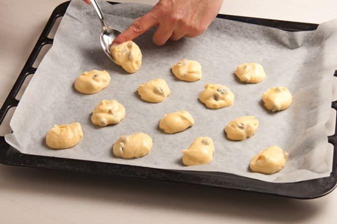 Disponi l'impasto, in piccoli mucchietti ben distanziati, sulla placca del forno rivestita di carta forno e cuoci a 180° per 15 minuti circa.I biscotti di Vallé ♥