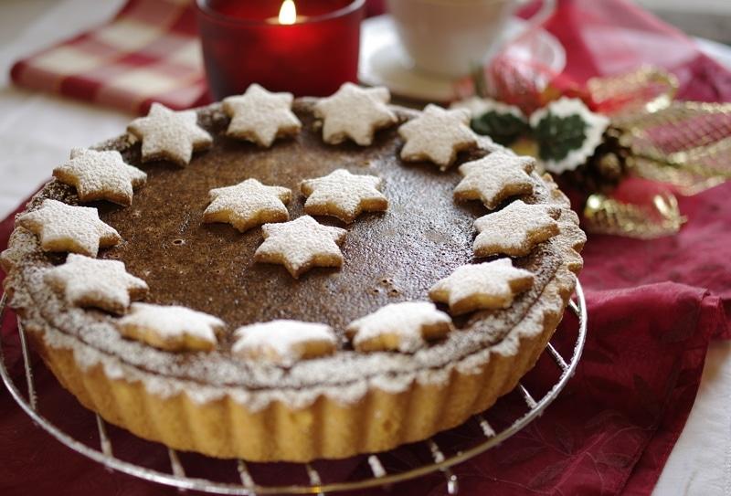 Crostata dal cuore morbido di cioccolato ed amaretti – Natale
