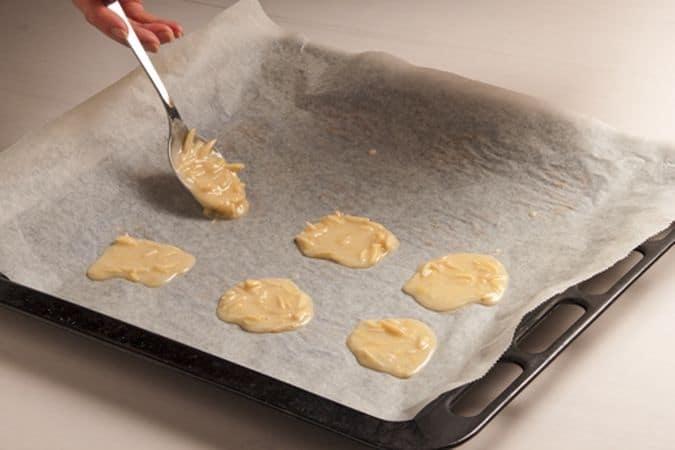 poi disponilo, a cucchiaiate ben distanziate, sulla placca del forno rivestita di carta forno e cuoci a 180° per circa 15 minuti,
