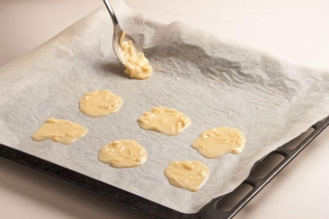 Toglile dal forno, staccale con una spatola e disponile, ancora calde, sopra il mattarello,