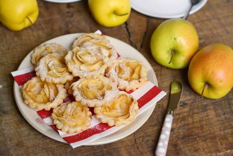 Crostatine di sfoglia con crema e rose di mele