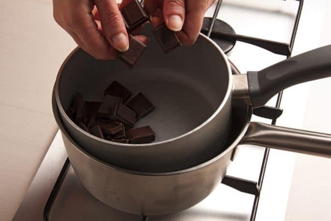 Cuoci nel forno preriscaldato a 180°, per circa 15-20 minuti. Nel frattempo fai fondere il cioccolato a bagnomaria.