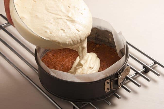 poi versa il tutto nella tortiera e passa in forno a 180° per circa un'ora.