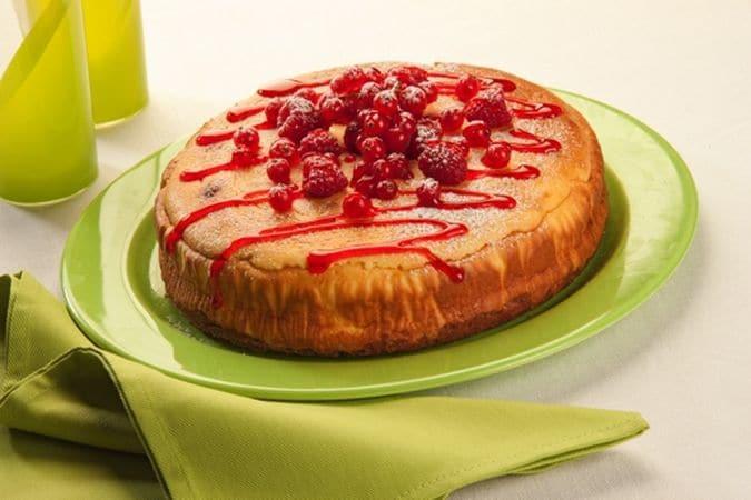 Sforna e fai raffreddare bene prima di mettere la torta sul piatto di portata, decora la superficie con il topping alla fragola e i frutti di bosco, spolverizzati di zucchero a velo.Buona torta da Vallé ♥