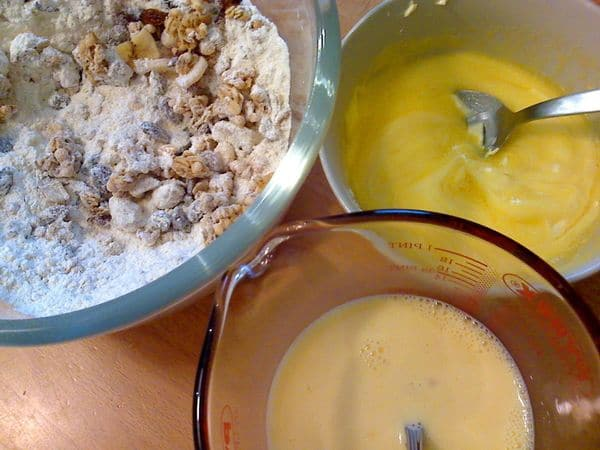 Accendete il forno a 180 gradi. Rivestite uno stampo da 12 muffins con pirottini di carta. Fate sciogliere la margarina a bagnomaria o nel microonde; mescolate il latte e le uova sbattute.  Mescolate la farina, lo zucchero e il lievito, poi unite il muesli