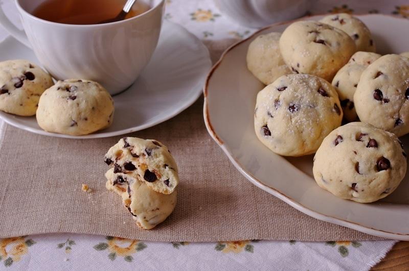 Biscotti bianchi con gocce di cioccolato