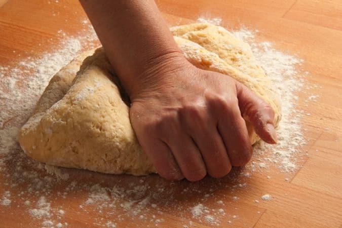 Impasta gli ingredienti e lascia riposare l'impasto per almeno 1/2 ora, avvolto nella pellicola.