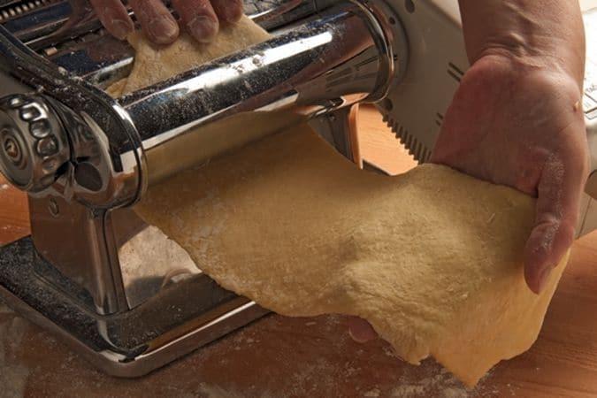 Tira la sfoglia, con il mattarello o con l'aiuto della macchina per tirare la pasta, ad uno spessore di un paio di millimetri.