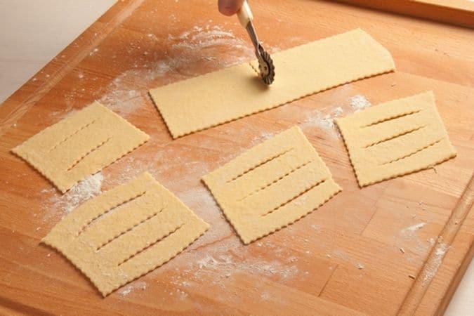 Taglia con la rotella dei rettangoli, 8-10 cm per 12-15 e fai due o tre incisioni all'interno di ciascuno.