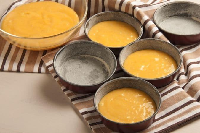 """Ungi con una noce di margarina delle tortierine individuali, infarinale e scuoti via la farina in eccesso.<br /> Lavora in una ciotola la margarina rimasta con lo zucchero; aggiungi le uova, la farina, il lievito, la scorza di limone grattugiata ed il latte necessario ad ammorbidire l'impasto. Mescola con cura per amalgamare bene gli ingredienti poi versa il composto negli stampi preparati e cuoci, in forno preriscaldato a 180°, per 30 minuti circa. Lascia raffreddare poi sforma le tortine. Nel frattempo metti qualche cucchiaio di zucchero a velo in diverse ciotoline (una per ogni colore che hai deciso di usare) e aggiungi il colorante, mescola con cura fino ad ottenere un composto fluido ma non troppo liquido, altrimenti la glassa tenderà a """"scivolare""""; preparane anche una bianca, utilizzando come parte liquida il succo di limone."""