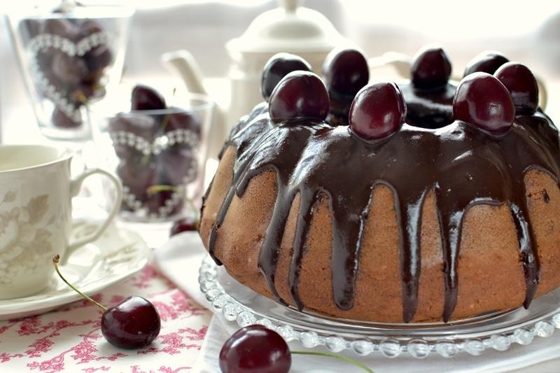 Torta al cioccolato glassata con ciliegie