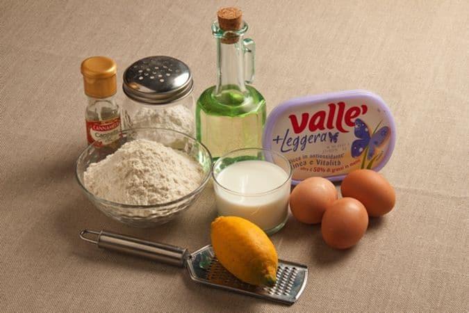 """PreparazioneGli ingredientiImpasta la farina con le uova, la margarina, la scorza di limone ed il latte. Lascia riposare l'impasto per mezz'ora, avvolto nella pellicola alimentare. Riprendi la pasta e tira una sfoglia dello spessore di 2-3 mm poi tagliala in strisce larghe 2-3 cm e lunghe 12-15 cm.""""Annoda"""" ciascuna striscia poi friggi in abbondante olio ben caldo (o strutto) i """"nodi"""", scolali su carta assorbente man mano che diventano dorati e lascia scolare il grasso in eccesso.Mescola lo zucchero a velo con la cannella in polvere poi spolverizza i nodi con il composto subito prima di servirli."""