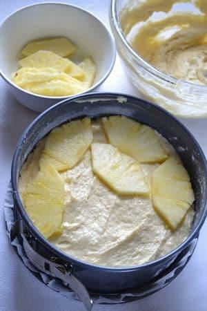 Versate metà dell'impasto. Ripetete un secondo strato di fette d'ananas e versateci sopra la seconda metà dell'impasto. Infornate per 45-50 minuti