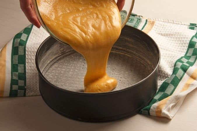 Lavora in una ciotola la margarina con lo zucchero (meno 4 cucchiai) e la vanillina, fino ad ottenere un composto spumoso. Aggiungi un po' alla volta la fecola setacciata ed il lievito. Monta a neve gli albumi ed incorporali delicatamente al composto. Versa l'impasto in una tortiera precedentemente unta ed infarinata. Passa in forno a 170° per un'ora.