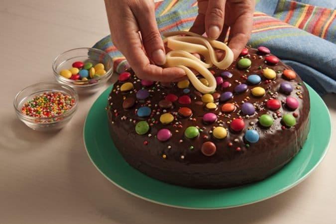 """Disponi le """"stelle filanti"""" sulla torta e servilaBuon Carnevale da Vallé ♥"""