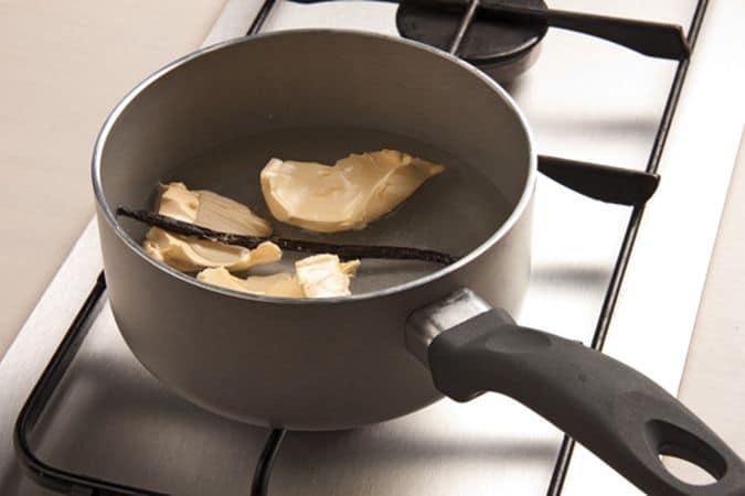 Metti in una casseruola l'acqua, la margarina, il sale e la stecca di vaniglia, metti sul fuoco e porta ad ebollizione