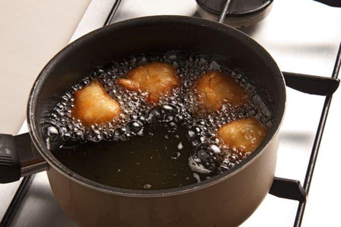 Aggiungi lo zucchero, la scorza di limone grattugiata ed incorpora le uova una alla volta