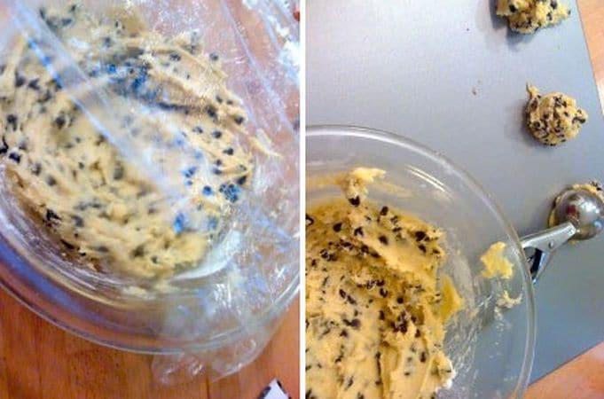 Coprite la ciotola con pellicola e mettete in frigo per almeno 2 ore; Trascorso questo tempo, accendete il forno a 160 gradi. Quando il forno è caldo, formate delle mezze palline con l'impasto usando un dosatore da gelato e mettetele su una placca antiaderente o rivestita di carta forno, distanziando le palline di 5 cm almeno (i biscotti si allargano molto in cottura). Infornate per 17-20 minuti e, una volta sfornati, non toccate i biscotti per almeno 10 minuti in modo cha abbiano il tempo per solidificarsi
