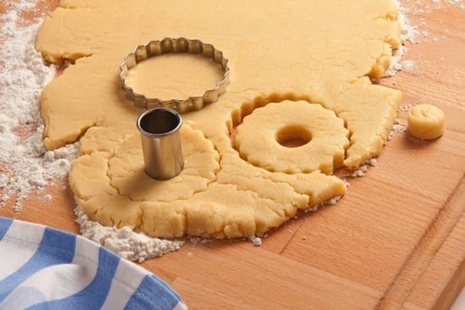 Poi ritaglia i canestrelli con un taglia biscotti. Disponi i canestrelli sulla placca del forno, rivestita di carta forno, e inforna, nel forno preriscaldato a 180° per 20 minuti circa (devono essere cotti ma non devono diventare dorati). Serviteli polverizzati con lo zucchero a velo.Buon appetito da Vallé ♥