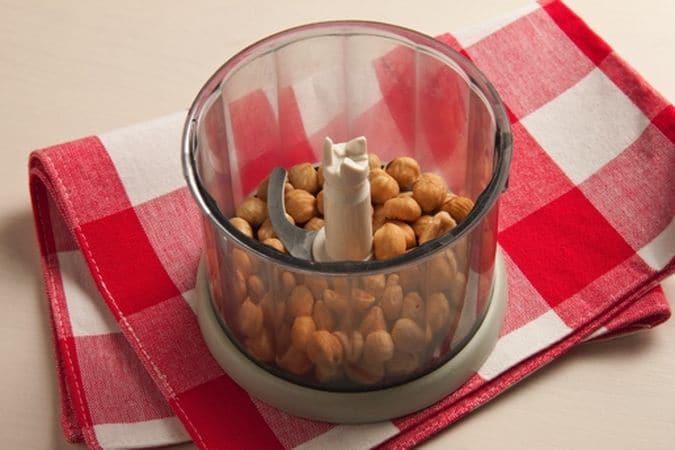 Metti nel mixer le nocciole e frullale in modo da ridurle ad una granella.