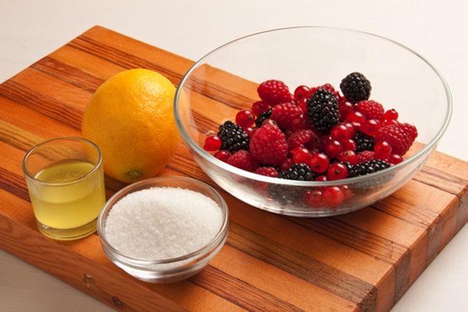 Passa in forno a 200° per 10-15 minuti poi sforna, lascia raffreddare un po' ed elimina i fagioli. Nel frattempo lava e asciuga delicatamente i frutti di bosco, radunali in una ciotola e condiscili con lo zucchero e il succo di limone. Disponi in ogni cestino una pallina di gelato e aggiungi i frutti di bosco; servi subito.Buon appetito da Vallé ♥