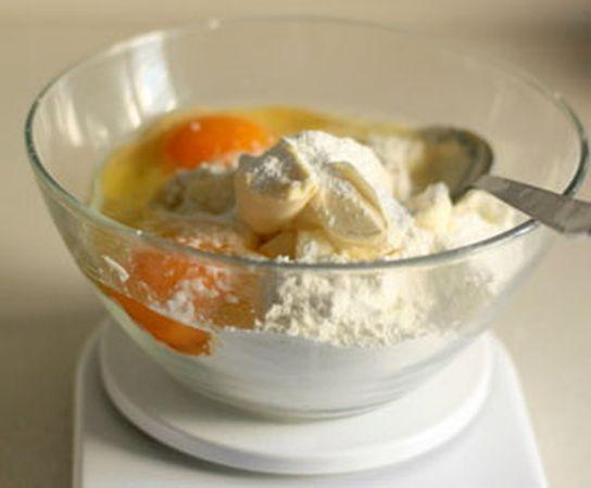 Impastare tutti insieme velocemente gli ingredienti per la pasta frolla e metterli in frigo per almeno mezz'ora.