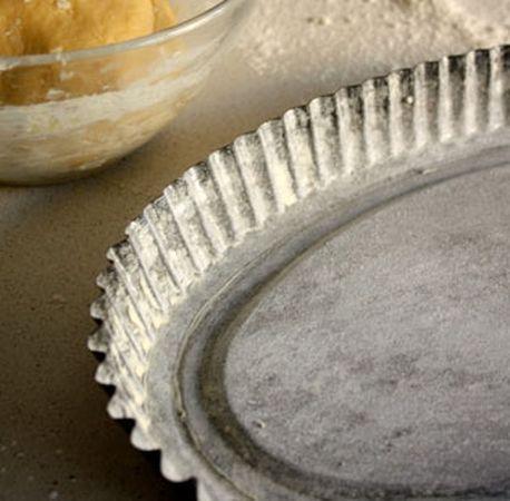 Ungere e infarinare una teglia per crostata