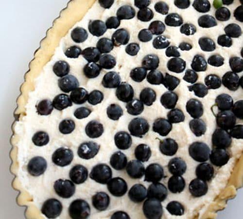 Distribuire la ricotta sulla frolla, e coprire il tutto con acini di uva fragola lavata.