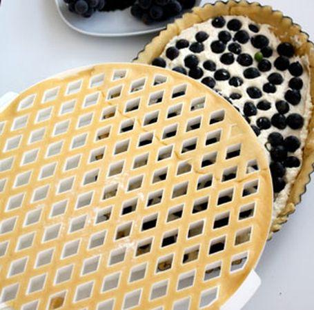 Coprire con una griglia di pasta frolla, utilizzando l'apposito attrezzo o ricavando delle semplici strisce con la rotella dentellata.