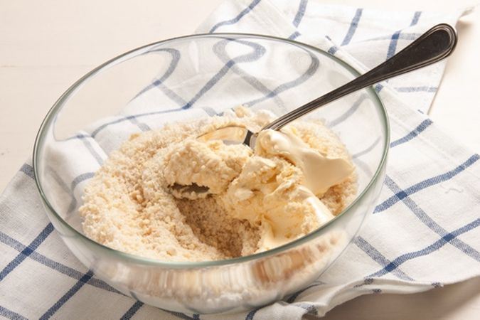 versa il composto in una ciotola e aggiungi la farina di cocco, la margarina ammorbidita, il pizzico di sale e la fecola.