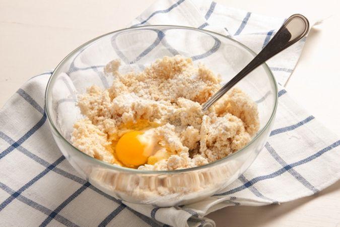 Mescola con cura poi aggiungi l'uovo e il lievito.