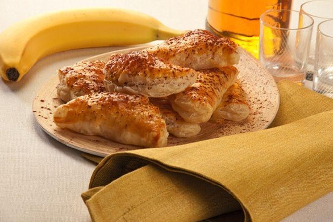 Disponi i fagottini sulla placca del forno, rivestita di carta forno, spennellane la superficie con l'uovo leggermente sbattuto e cuoci, nel forno preriscaldato a 200°, per 15-20 minuti. Spolverizzali con il cacao prima di servirli.Buon Appetito da Kuri e da Vallé ♥