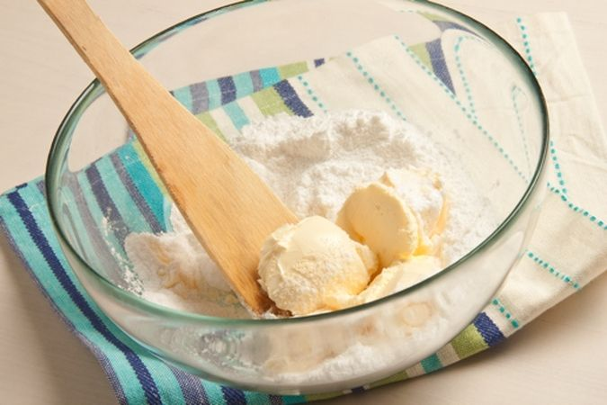 Lavora, in una ciotola, la margarina con lo zucchero a velo;