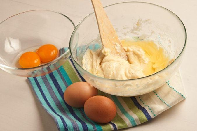 quando il composto diventa una crema ben montata, aggiungi la farina setacciata con la vanillina e gli albumi, uno alla volta.