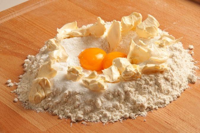 Impasta la farina, mescolata con il lievito, con lo zucchero, i tuorli e la margarina, avvolgi l'impasto nella pellicola alimentare e lascialo riposare per mezz'ora in frigorifero.