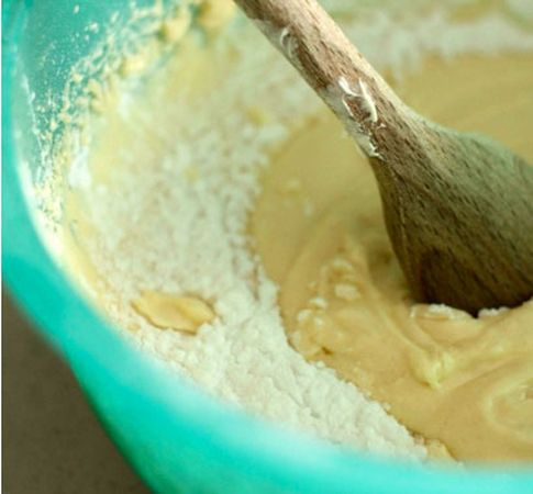 Aggiungere gli ingredienti solidi (farina, fecola, zucchero, sale e lievito)