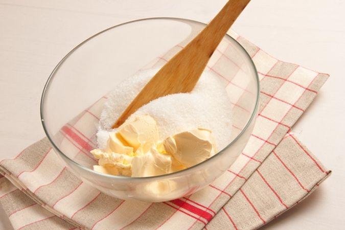 Ungi con una noce di margarina uno stampo da plum cake, infarinalo e scuoti via la farina in eccesso.<br /> Lavora in una ciotola la margarina rimasta con lo zucchero;