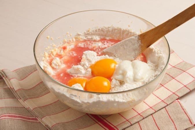 aggiungi i tuorli, la farina, il lievito, lo yogurt e il succo del pompelmo.