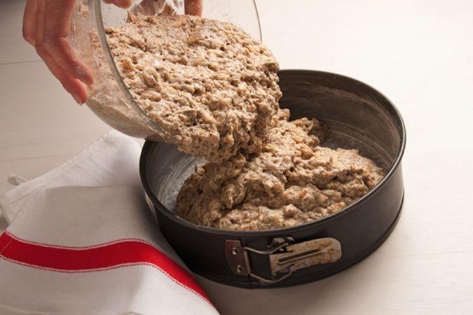 mescola bene per amalgamare gli ingredienti uniformemente. Monta a neve gli albumi e incorporali delicatamente al composto. Versa l'impasto nella tortiera e inforna a 180° per 45 minuti.