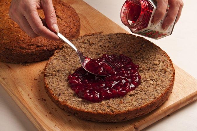 Lasciala raffreddare un po' prima di sformarla, tagliala a metà in senso orizzontale e farciscila con la marmellata;