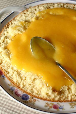 Mescolare la margarina con lo zucchero e lavorarla fino ad ottenere una crema morbida. Aggiungere le uova una per volta e lentamente, un cucchiaio per volta, aggiungere anche la farina setacciata. In un bicchiere di latte versare il lievito e mescolare velocemente e, mentre si gonfia versarlo nell'impasto continuando ad amalgamarlo
