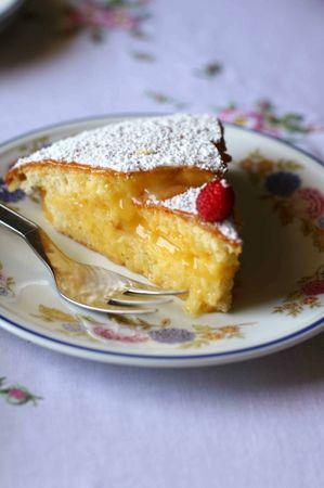 Tagliare la torta in due e farcirla semplicemente con la crema di limone fredda.<br />  Spolverizzare con zucchero a velo e decorare e servire con fragoline di bosco freschissime, al naturaleBuon appetito da Anna-Gentile e da Vallé ♥