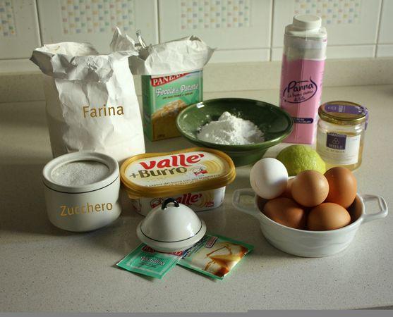 con lo sbattitore elettrico lavorare la  Vallé+Burro con lo zucchero a velo e lo zucchero semolato, fino ad ottenere una crema spumosa