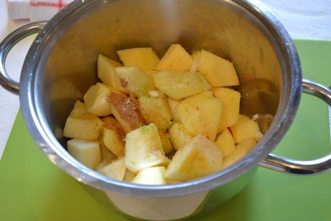 Mentre l'impasto riposa in frigo, sbucciate e tagliate a pezzetti le mele. Unite lo zucchero, la cannella, la scorza e il succo del limone e fate cuocere a fuoco medio per circa mezz'ora. Schiacciate le mele col dorso di una forchetta, coprite e lasciate raffreddare