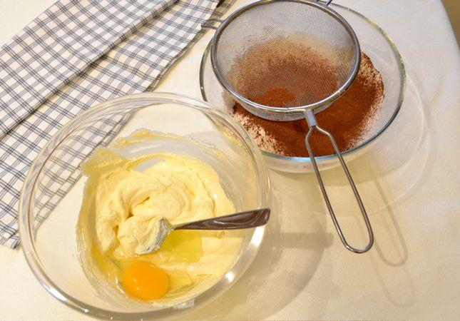 Accendete il forno a 200 gradi. Ungete 6 stampi da muffin medi (preferibilmente in silicone) con margarina.  Unite farina, lievito e cacao, mescolate bene e setacciate in una ciotola. In un'altra ciotola, lavorate la margarina e lo zucchero fino a ottenere un composto morbido e spumoso; unite un uovo alla volta accompagnandolo da un cucchiaio di farina mista a cacao e incorporate bene. Una volta unite le uova, aggiungetela rimanente farina poca alla volta, mescolando con cura fino a esaurimento; appena il composto si fa troppo secco, aggiungete il latte (ma senza esagerare, il composto deve rimanere cremoso ma non liquido)