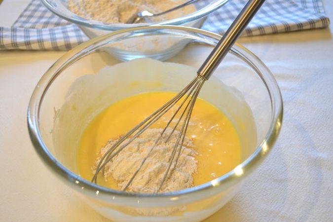 Versate le uova nella ciotola con la margarina e mescolate bene con una frusta. Unite la farina poca alla volta, sempre mescolando; se l'impasto diventa troppo secco, unite qualche cucchiaio di caffè (non è detto che serva tutto)
