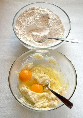 Mescolate farina e lievito. A parte, unite lo zucchero e la Vallé+Burro e lavorate finché il composto è morbido. Unite le uova, la cannella e la farina mista a lievito poca alla volta. Impastate brevemente, formate una palla e mettetela in frigo avvolta da cellophane per 2 ore circa (ma, se vi fa comodo lavorare in anticipo, potete lasciarla anche un giorno intero)