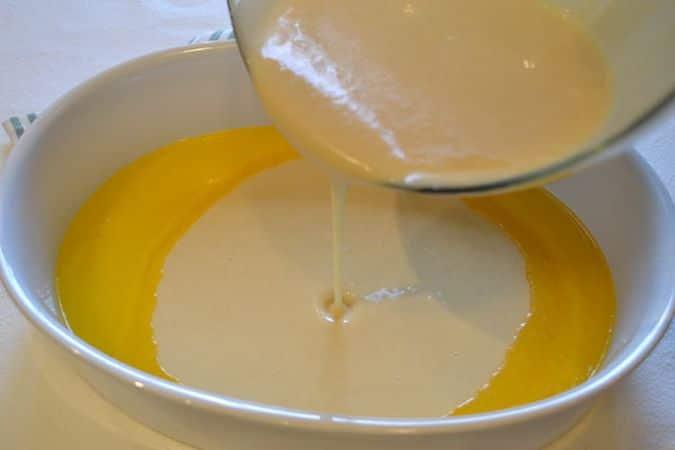 """Sfornate la terrina con la margarina sciolta e versate la pastella nella terrina in una volta sola, senza mescolare, in modo che la pastella quasi """"galleggi"""". Disponete le pere zuccherate in modo casuale e infornate nuovamente per 35 minuti circa"""