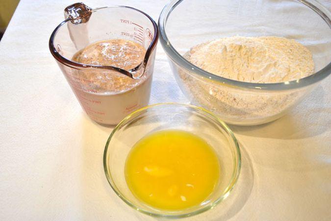 Fate intiepidire il latte (non troppo), unite il miele e il lievito e mescolate. Lasciate riposare coperto per 5 minuti; intento, mescolate le due farine e fate sciogliere la margarina a bagnomaria o nel microonde